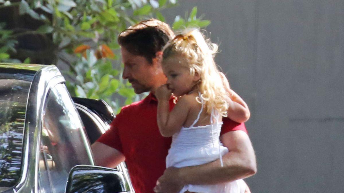 ¡Papá cariñoso! Bradley Cooper es todo sonrisas mientras está con su hija Lea después de la separación de Irina Shayk